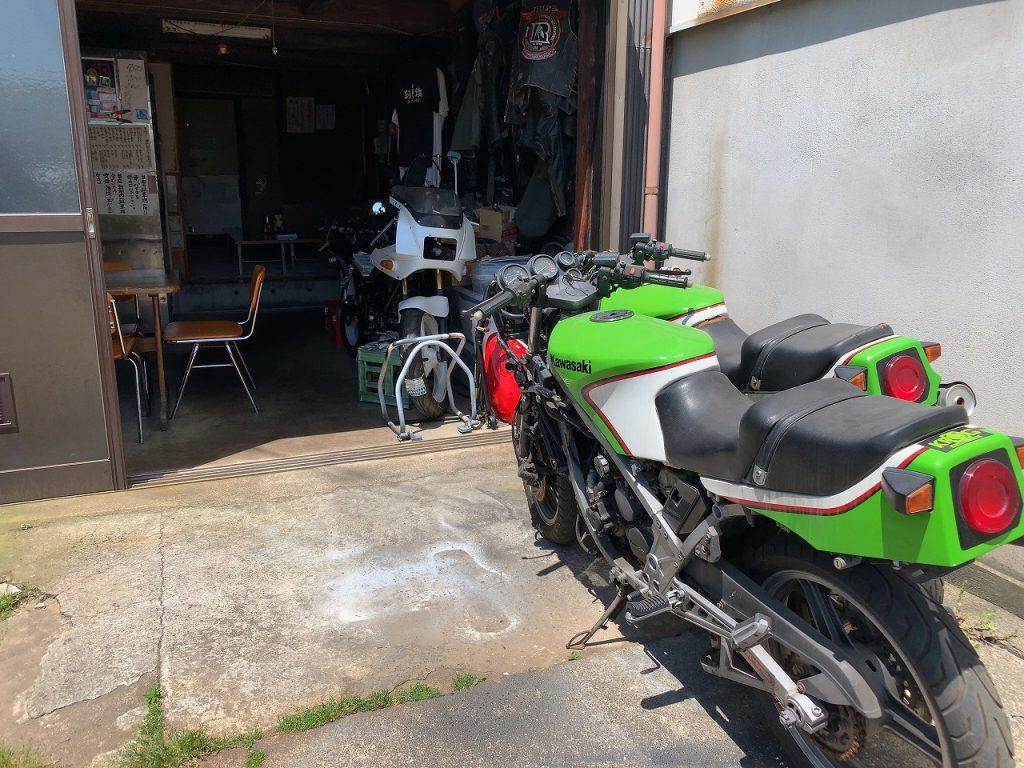 カサハラモータース。 ここはラーメン屋か?それともバイク屋なのか?