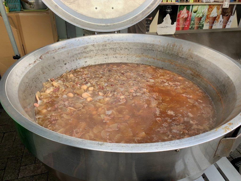 道の駅 いいでの芋煮。大鍋で煮てます。