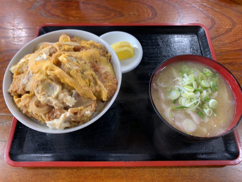 八号線食堂のカツ丼+豚汁。