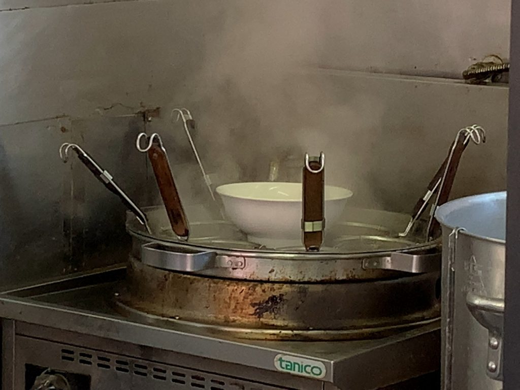 丼を温めます。