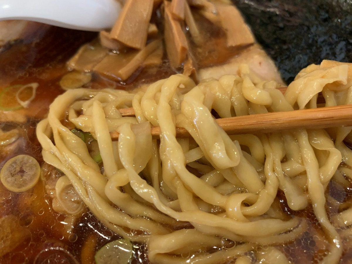 独特の縮れ麺、これが美味い!